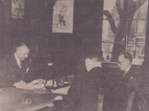 Cornelis van Ravenswaay, politiecommissaris C. Rosscher en gemeentesecretaris H.G. Scholten, 1942